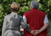 """Le gouvernement allemand devrait envisager un relèvement de l'âge du départ à la retraite à 69 ans, au lieu de 65 ans actuellement, s'il veut tenir ses engagements en matière de couverture sociale, estime la Bundesbank lundi. Le système des retraites en Allemagne connaît, pour l'instant, une bonne santé financière mais risque d'être menacé dans les décennies à venir avec l'accès aux droits des """"baby boomers"""" et en raison d'un manque de main d'oeuvre jeune pour les remplacer, précise la banque centrale allemande dans un rapport. /Photo d'archives/REUTERS/Christian Hartmann"""