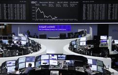 Фондовая биржа Франкфурта-на-Майне. Акции Европы отодвинулись от максимумов 7 недель во вторник из-за снижения промышленного сектора после того, как швейцарская компания Schindler ухудшила прогноз на 2016 год.  REUTERS/Staff/Remote