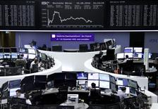 Operadores trabajando en la Bolsa de Fráncfort, Alemania. 15 de agosto de 2016. Las bolsas europeas retrocedían el martes desde unos máximos en siete semanas, lastradas por las acciones industriales luego de que el grupo industrial suizo Schindler rebajó sus previsiones para el 2016. REUTERS/Staff/Remote