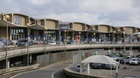 Terminal 2D à l'aéroport de Roissy-Charles-de-Gaulle. Groupe ADP a annoncé mardi une hausse de 1,4% du trafic de Paris Aéroport (Roissy et Orly) en juillet, malgré l'impact de la grève à Air France et la désaffection des voyageurs asiatiques qui s'aggrave. /Photo prise le 15 février 2016/REUTERS/Jacky Naegelen