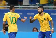 Gabriel cumprimenta Neymar em jogo do Brasil. 10/08/2016.  REUTERS/Fernando Donasci
