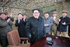 """Лидер КНДР Ким Чен Ын улыбается, наблюдая за испытанием новой ракетной системы. Фото без указания даты распространено Центральным телеграфным агентством Кореи в Пхеньяне 4 марта 2016 года. Северная Корея возобновила производство плутония путём переработки топливных стержней и не собирается прекращать ядерные испытания, пока сохраняется """"американская угроза"""", сообщило в среду японское информагентство Киодо. REUTERS/KCNA"""