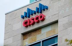 El logo de Cisco visto en una de sus sedes en San Diego, California. 25 de abril de 2016. Cisco Systems Inc despedirá a cerca de 14.000 empleados, cifra que representa casi un 20 por ciento de la fuerza de trabajo global del fabricante de equipos de red, informó el sitio de noticias de tecnología CRN, que citó a fuentes cercanas a la empresa. REUTERS/Mike Blake/File Photo