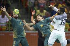 Brasil enfrenta França no handebol masculino.  17/08/2016.   REUTERS/Marko Djurica