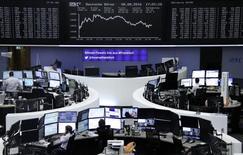 Фондовая биржа Франкфурта-на-Майне. Европейские фондовые рынки открыли пятничную сессию на отрицательной территории, при этом индекс STOXX 600 может показать крупнейший недельный спад с июля.   REUTERS/Staff/Remote