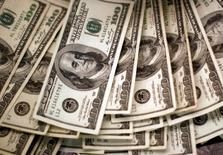 Em foto de arquivo, notas de dólar são vistas em banco no Colorado 03/11/2009   REUTERS/Rick Wilking/File Photo