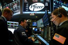 Трейдеры на фондовой бирже в Нью-Йорке. 22 августа 2016 года. Фондовые индексы США демонстрируют спад в понедельник, поскольку цены на нефть снизились максимально за месяц, а инвесторы сохраняют осторожность в преддверии выступления главы Федрезерва Джанет Йеллен на этой неделе. REUTERS/Brendan McDermid