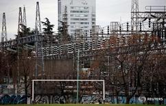 Líneas eléctricas de alta tensión se ven en la planta de distribución de la compañía Edenor en Buenos Aires, Argentina, 5 de agosto de 2015. El consumo de electricidad en Argentina subió un 0,2 por ciento interanual en julio, debido a que se reportaron temperaturas inferiores al promedio para ese mes, dijo el lunes la Fundación para el Desarrollo Eléctrico (Fundelec). REUTERS/Marcos Brindicci