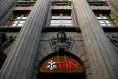 El suizo UBS lidera a un grupo de cuatro de los mayores bancos del mundo para desarrollar un sistema que permita hacer pagos y liquidaciones rápidas en los mercados financieros empleando la tecnología 'blockchain' o de cadena de bloques. En la imagen, el logo de UBS en su sede en Zúrich, el 10 de febrero de 2016. REUTERS/Arnd Wiegmann/File Photo
