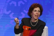 La presidenta de la Fed de Cleveland, Loretta Mester, participa en un panel sobre economía, en Nueva York. 18 de noviembre de 2015. La Reserva Federal de Estados Unidos debería subir nuevamente las tasas de interés para evitar ir detrás del fortalecimiento de la economía, dijo el viernes la presidenta de la Fed de Cleveland, Loretta Mester. REUTERS/Lucas Jackson