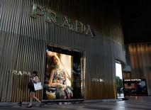 Магазин Prada в Сингапуре. Итальянский производитель товаров класса люкс Prada сообщил в пятницу, что 2016 год станет поворотным пунктом для компании, отчитавшейся о снижении показателей EBITDA и чистой прибыли на 25 процентов.  REUTERS/Edgar Su