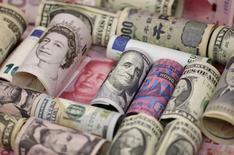 Банкноты разных стран. Доллар укрепляет позиции в ходе торгов пятницы, после того как глава Федеральной резервной системы Джанет Йеллен сказала, что вероятность повышения процентных ставок возросла, хотя и не указала на приближающееся ужесточение денежно-кредитной политики. REUTERS/Jason Lee/Illustration/File Photo