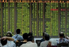 Инвесторы в брокерской конторе в городе Ханчжоу в китайской провинции Чжэцзян. 25 августа 2015 года. Китайский фондовый рынок завершил торги понедельника почти без изменений благодаря росту акций промышленного сектора, который компенсировал спад в банковском секторе, чему способствовала промежуточная отчетность компаний, указавшая на оживление в таких отраслях промышленности, как угольная и сталелитейная. REUTERS/Stringer