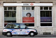 Такси проезжает мимо отделения банка HSBC в Лондоне 9 февраля 2015 года. Высокопоставленный сотрудник банка HSBC Holdings Plc в понедельник отклонил обвинения в мошеннической наживе на принадлежавших клиенту $3,5 миллиарда. REUTERS/Suzanne Plunkett/File Photo