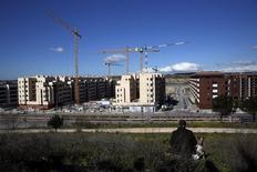 El número de hipotecas sobre viviendas en España subió un 15,5 por ciento interanual en junio, según publicó el miércoles el Instituto Nacional de Estadística (INE), en una nueva señal de la reactivación de un mercado inmobiliario que sufrió el pinchazo de una burbuja en 2008. En la imagen de archivo, grúas en un lugar en construcción de viviendas en Madrid. REUTERS/Susana Vera
