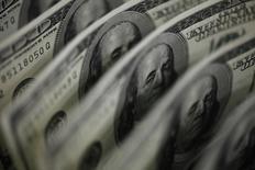 Долларовые купюры. Токио, 2 августа 2011 года. Доллар занял оборонительную позицию в пятницу после падения из-за неожиданного замедления производственной активности в США, которое вызвало сомнения относительно силы роста американской экономики в преддверии широко ожидаемых данных о занятости. REUTERS/Yuriko Nakao