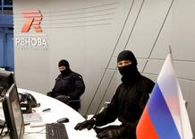 Members of Russia's FSB security service are seen in the offices of Renova during a search of the offices of its subsidiary, T Plus, which also shares the premises of Russian tycoon Viktor Vekselberg's Renova group, in Moscow, Russia, September 5, 2016.  REUTERS/Sergei Karpukhin