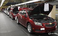 Автомобили Chevrolet Cruze на заводе в Лордстауне, Огайо 22 июля 2011 года. Американский автопроизводитель General Motors отзывает 3.257 автомобилей Chevrolet Cruze и Orlando в РФ из-за возможной неисправности гидроусилителя руля, сообщил Росстандарт. REUTERS/Aaron Josefczyk