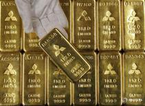 Слитки золота в штаб-квартире Mitsubishi Materials Corporation в Токио 9 января 2008 года. Цена на золото в среду стабилизировалось вблизи максимума двух с половиной недель, потеряв импульс к росту из-за фиксации прибыли после ралли в ходе предыдущей сессии, вызванного охлаждением ожиданий увеличения ставки ФРС США в ближайшее время. REUTERS/Toru Hanai