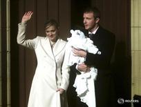 Madonna e Guy Ritchie com o filho Rocco, então com 4 meses.  21/12/2000. 15/10/2008,   REUTERS/Jeff J. Mitchell