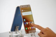 Samsung Electronics a chuté à son plus bas niveau en près de deux mois à la Bourse de Séoul lundi, contrecoup du rappel de son téléphone Galaxy Note 7 dont la batterie risque de prendre feu. /Photo prise le 2 septembre 2016/REUTERS/Kim Hong-Ji