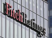 """Логотип Fitch Ratings на здании в Лондоне. Рейтинговое агентство Fitch рассчитывает """"решить вопрос"""" негативного рейтинга России не позднее марта следующего года, однако остаются вопросы относительно реформ и экономического роста страны, сказал старший директор агентства Пол Гэмбл во вторник.   REUTERS/Reinhard Krause"""