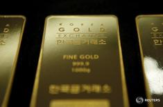 Слитки золота на Korea Gold Exchange в Сеуле 31 июля 2015 года. Золото дешевеет в четверг на фоне укрепления доллара и европейских акций, ограничивающего спрос на драгоценный металл в преддверии заседания ФРС США на следующей неделе. REUTERS/Kim Hong-Ji