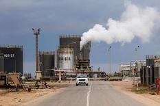 НПЗ в Эз-Завие к западу от Триполи 18 декабря 2013 года. Стоимость нефти выросла в понедельник, после того как Венесуэла сообщила, что члены ОПЕК и производители вне картеля близки к заключению договора о стабилизации добычи, а также поскольку столкновения в Ливии усилили беспокойство о возможном срыве попыток восстановить экспорт черного золота из страны. REUTERS/Ismail Zitouny/File Photo