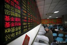 Инвесторы в брокерской конторе в Шанхае 21 апреля 2016 года. Китайские акции укрепились в понедельник за счёт оптимизма вернувшихся после длинных выходных инвесторов на фоне данных, указавших на рост деловой уверенности. REUTERS/Aly Song