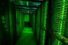 Le distributeur américain de composants électriques Avnet va vendre sa filiale d'informatique à Tech Data pour environ 2,6 milliards de dollars (2,3 milliards d'euros). /Photo d'archives/REUTERS/Sigtryggur Ari