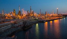 НПЗ компании The Carlyle Group в Филадельфии. Цены на нефть снизились во вторник до минимума почти за шесть недель, поскольку беспокойство из-за потенциального увеличения запасов в США на фоне роста избытка предложения затмило комментарии ОПЕК о том, что вероятный договор о заморозке добычи может продержаться дольше ожидаемого.   REUTERS/David M. Parrott/File Photo