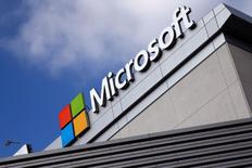 Microsoft a annoncé mardi qu'il rachèterait jusqu'à 40 milliards de dollars (36 milliards d'euros) de titres et qu'il augmentait son dividende de 8%. /Photo d'archives/REUTERS/Lucy Nicholson