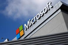 Microsoft est une valeur à suivre mercredi à Wall Street. L'entreprise va racheter jusqu'à 40 milliards de dollars (36 milliards d'euros) de titres et augmenter son dividende de 8% à 39 cents, soit trois cents de plus que le trimestre précédent. L'action gagnait 1,2% en avant-Bourse. /Photoprise le 14 juin 2016/REUTERS/Lucy Nicholson