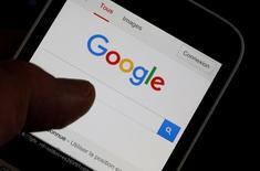 """Alphabet, maison mère de Google, a lancé Allo, une application de messagerie incorporant le moteur de recherche sur internet ainsi qu'un agent conversationnel (""""chatbot""""), disponible dans le monde entier dans quelques jours. Ce chatbot s'appuie sur la plate-forme Google Assistant, un assistant personnel virtuel à l'image du Siri d'Apple. /Photo prise le 22 août 2016/REUTERS/Régis Duvignau"""
