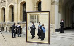 Graduates queue to have their photograph taken after a graduation ceremony at Oxford University, Oxford, southern England in this May 28, 2011.  REUTERS/Paul Hackett/File Photo