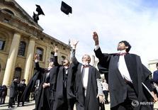 Выпускники Оксфордского университета бросают вверх колпаки после церемонии выпуска. Оксфордский университет стал первым британским учебным заведением, возглавившим рейтинг лучших вузов мира по версии журнала Times Higher Education, сместив на второе место Калифорнийский технологический университет.  REUTERS/Paul Hackett