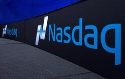 Логотип Nasdaq на торговой площадке Nasdaq Market в Нью-Йорке. Nasdaq коснулся рекордного внутридневного максимума в четверг на фоне роста акций США, на следующий день после того, как ФРС оставила ключевую ставку на прежнем уровне.    REUTERS/Brendan McDermid