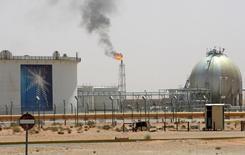 Нефтяное месторождение Хурайс, расположенное в 160 км от Эр-Рияда. В преддверии неофициальной встречи между членами ОПЕК и нефтедобытчиками вне картеля, которая состоится 26-28 сентября в Алжире, Саудовская Аравия пошла на компромисс, объявив о готовности сократить объёмы добычи, при условии, что Иран присоединится к соглашению в этом году, сказали Рейтер три источника, знакомые с ходом переговоров.  REUTERS/Ali Jarekji/File Photo