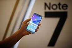 El gigante tecnológico Samsung Electronics dijo el domingo que iba a retrasar en tres días hasta el próximo 1 de octubre la vuelta a la comercialización en Corea del Sur de su nuevo teléfono inteligente Galaxy Note 7, una medida que dice es necesaria para completar rápidamente la retirada de estos aparatos en el país.  En la imagen de archivo, un modelo posa con el Galaxy Note 7 durante la ceremonia de lanzamiento en Seúl, el 11 de agosto de 2016.  REUTERS/Kim Hong-Ji