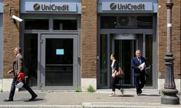 UniCredit souhaite lever jusqu'à 16 milliards d'euros via une augmentation de capital et des cessions d'actifs qui devraient inclure le courtier en ligne FinecoBank, selon deux sources informées de ces projets. /Photo prise le 10 mai 2016/REUTERS/Tony Gentile