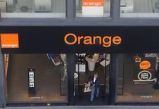 Orange enregistre la plus forte hausse du CAC 40, à mi-séance mardi, bénéficiant d'une note de Credit Suisse, qui relève son opinion de neutre à superformance et son objectif de cours de 10% à 16,5 euros. Le broker estime que le groupe bénéficie de ses investissements dans la fibre. /Photo prise le 26 août 2016/REUTERS/Régis Duvignau