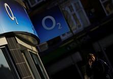 Telefónica buscará colocar alrededor de un 30 por ciento de su filial británica O2 en la que sería una de las mayores salidas a bolsa (OPV) de este año en Londres y que podría producirse en diciembre, dijeron a Reuters fuentes con conocimiento de las negociaciones. En la imagen de archivo, una mujer habla por el móvil ante una tienda de O2 en Loughborough, Reino Unido, el 23 de enero de 2015. REUTERS/Darren Staples