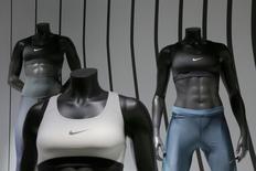 Nike, à suivre mercredi à la Bourse de New York, a publié mardi une prévision de commandes inférieure aux attentes des investisseurs, en raison notamment de la faiblesse de ses activités dans le basket et de la concurrence accrue d'Adidas en Amérique du Nord. L'action du numéro un mondial des équipementiers sportifs a chuté de 4,4% à 52,90 dollars dans les transactions après la clôture à Wall Street. /Photo prise le 16 mars 2016/REUTERS/Brendan McDermid