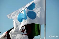 Las banderas de la OPEP y de Argelia antes de una reunión informal del grupo de países exportadores de petróleo en Argel. 28 de septiembre de 2016. La Organización de Países Exportadores de Petróleo (OPEP) llegó el miércoles a un acuerdo para reducir la producción por primera vez desde 2008, luego que Arabia Saudita, su miembro más importante, suavizó su postura frente a su archirrival Irán y por la creciente presión de los bajos precios del petróleo. REUTERS/Ramzi Boudina