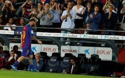 Messi deixa campo machucado em jogo do Barcelona contra Atlético de Madri.  21/09/16. REUTERS/Albert Gea