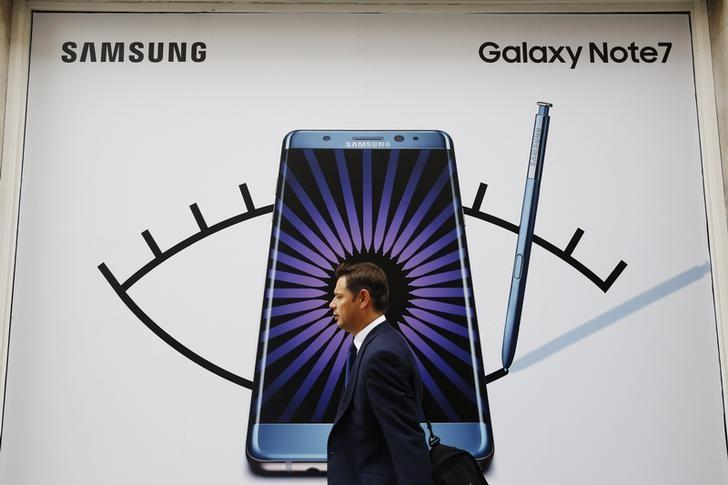 A man walks past an advertisement for the Samsung Galaxy Note 7 in London, Britain, September 2, 2016.  REUTERS/Luke MacGregor/Files