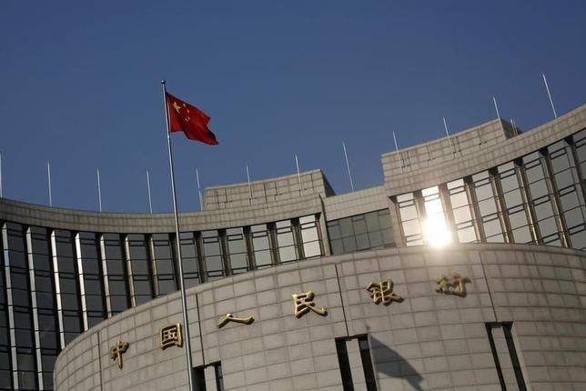 9月29日、中国人民銀行金融政策委員会の樊綱委員は、国内の景気鈍化と過剰設備問題により投資機会が縮小しているとの見解を示した。新華社が報じた。写真は北京の人民銀行本店、1月撮影(2016年 ロイター/Kim Kyung-Hoon)