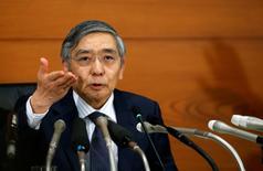 El Gobernador del Bando de Japón, Haruhiko Kuroda, durante una conferencia de prensa en la sede del organismo en Tokio. 21 de septiembre de 2016. El gobernador del Banco de Japón, Haruhiko Kuroda, dijo el jueves que el banco central buscará la curva de rendimiento más adecuada para alcanzar su objetivo de inflación de un 2 por ciento. REUTERS/Toru Hanai