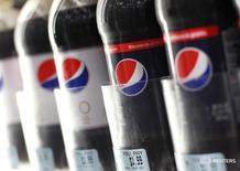 Бутылки газировки Pepsi в Нью-Йорке 19 июля 2010 года.  PepsiCo Inc отчиталась о лучших, чем ожидалось, квартальных выручке и прибыли, чему способствовало повышение спроса в Северной Америке на ее линейку напитков и закусок, которые содержат меньше калорий и больше натуральных ингредиентов. REUTERS/Shannon Stapleton