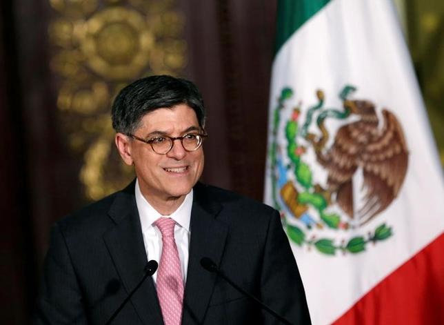 9月29日、米国のルー財務長官は訪問先のメキシコで、米国とメキシコの貿易関係を深化させることは両国の経済にとり恩恵となるとの考えを示し、メキシコも参加している環太平洋経済連携協定(TPP)への支持を呼びかけた。写真は同日、メキシコ市で講演する同長官(2016年 ロイター/Henry Romero)